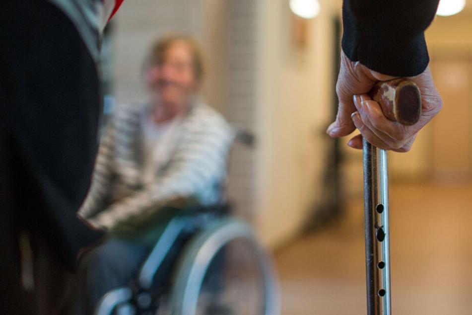 Die erwartete Zahl demenzkranker Menschen werde die Gesundheitssysteme weiter unter Druck setzen. (Symbolbild)