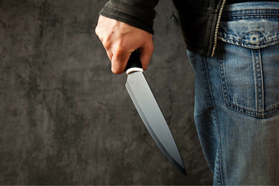 Wer ist der unbekannte Messerstecher? Die Polizei sucht Zeugen (Symbolbild).