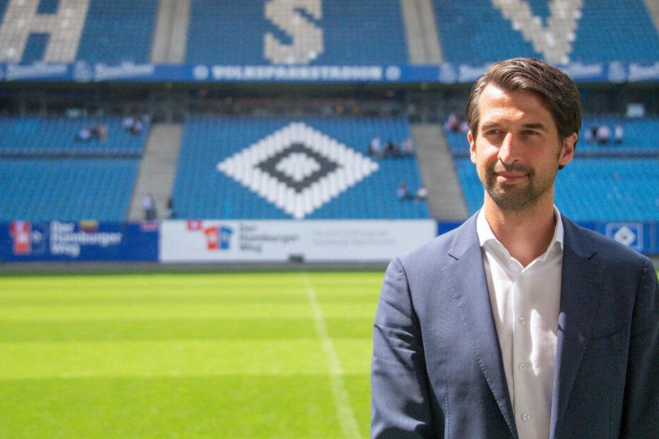 Jonas Boldt steht im Hamburger Volksparkstadion vor einer Tribüne.