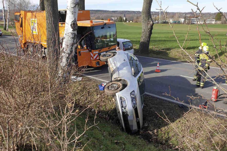 Eine VW-Fahrerin wollte auf der Neefestraße ASR-Fahrzeug überholen, schätzte die Situation offenbar falsch ein und landete im Straßengraben.