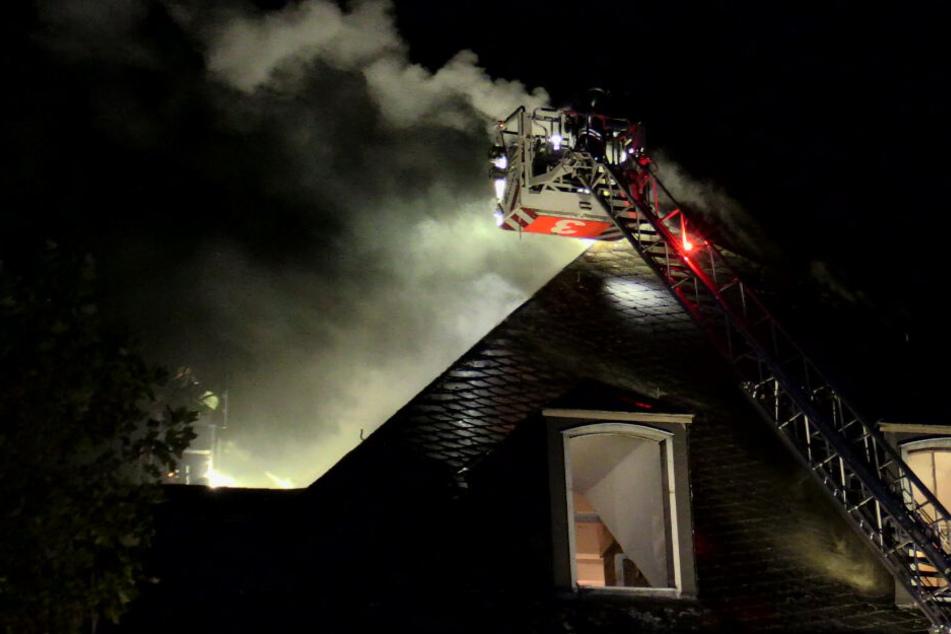 Mit Drehleitern öffneten die Einsatzkräfte das Dach des benachbarten Gebäudes.