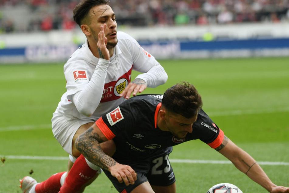 Machen es sich auf dem Boden gemütlich: VfB-Offensivmann Anastasios Donis und Nürnbergs Tim Leibold.