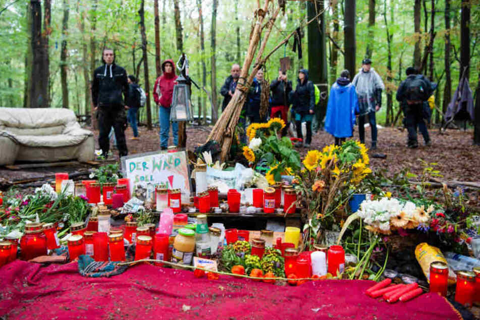 Nach dem Tod des 27-Jährigen hatten viele Menschen - darunter auch die Angehörigen - Blumen und Kerzen an der Unfallstelle niedergelegt.