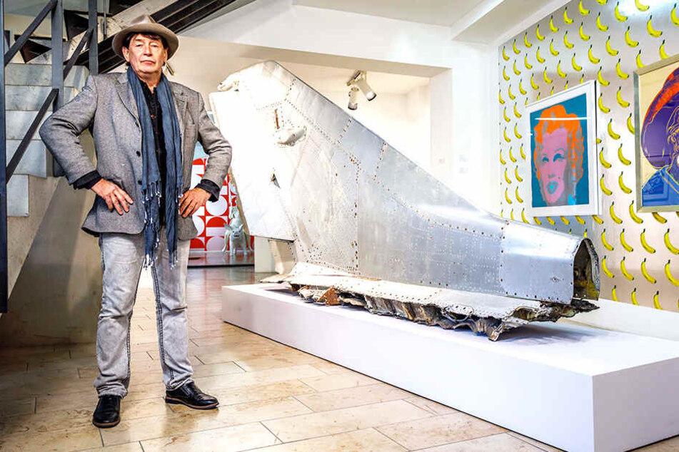 """Galerist Holger John (58) vor der 140000 Euro teuren Heckflosse der MiG-21. Das Kunstwerk von Bernd Reiter kam direkt von der Kunstwoche """"art berlin"""" nach Dresden."""