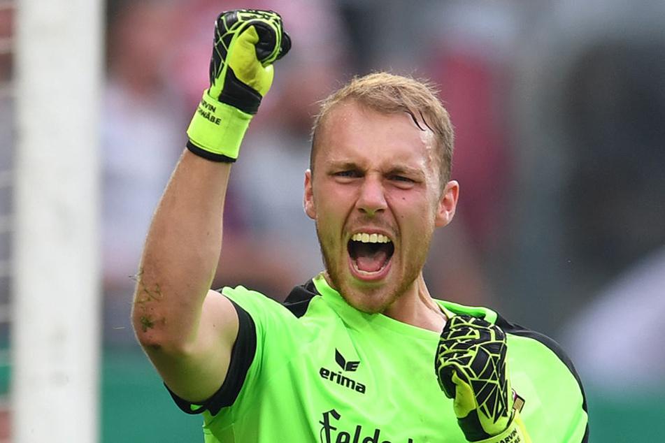 Marvin Schwäbe (21) jubelt über seinen gehaltenen Elfmeter gegen RB Leipzig und über die Nominierung zur U21-Nationalmannschaft.