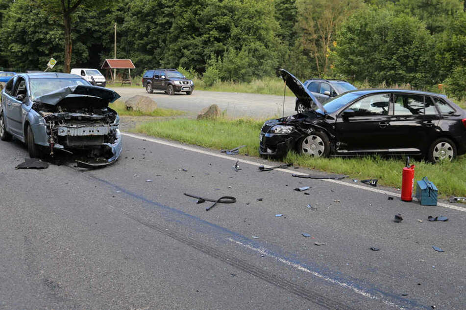Beide Fahrzeuge stießen frontal zusammen.