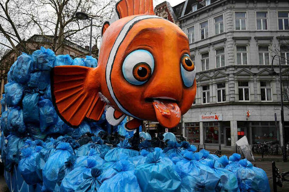 Ein Mottowagen zum Thema Vermüllung der Meere fährt zur Aufstellung für den Rosenmontagsumzug.