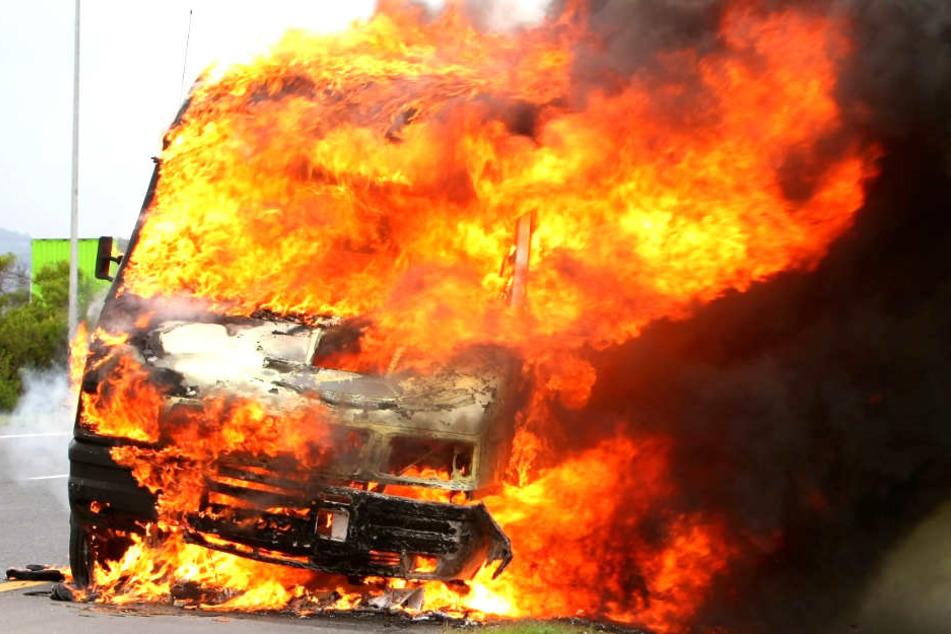 Das Auto brannte aus. (Symbolbild)