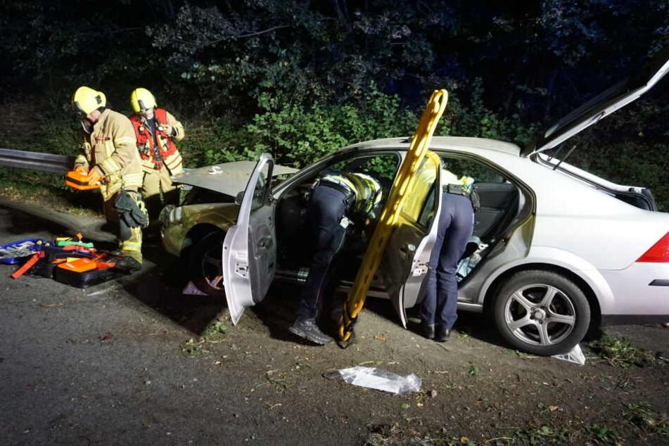 Die Feuerwehr rettete das Unfallopfer (19) über die Heckklappe aus dem Fahrzeug.