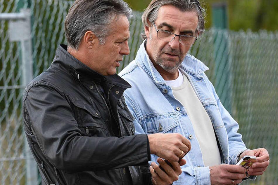 Was haben Dynamo-Trainer Uwe Neuhaus (l.) und  Sportdirektor Ralf Minge noch auf dem Zettel oder in diesem Fall auf dem  Handy?