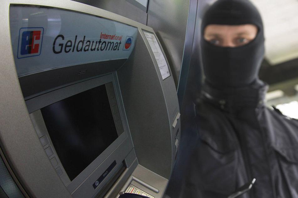 Im Geldautomaten befindet sich üblicherweise Geld, im Kontoauszugsdrucker aber nicht.