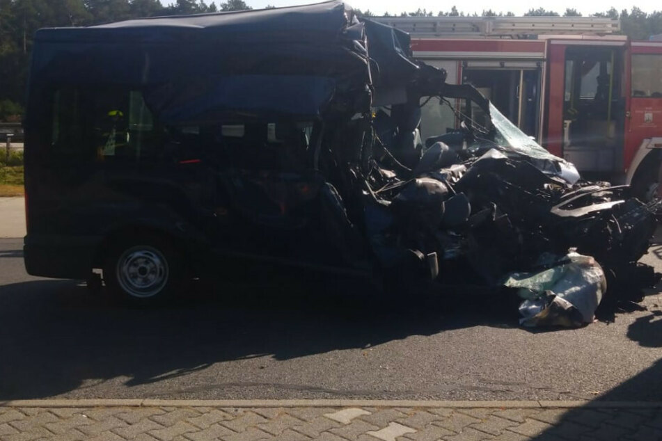 Die Beifahrerseite des Ford Transit wurde beim Aufprall auf den Sattelschlepper komplett abrasiert.