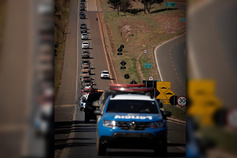 Polizisten und Sicherheitskräfte fahren durch Aguas Lindas nach dem Großeinsatz.