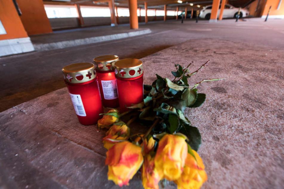 Am Tatort wurden bereits Blumen niedergelegt.