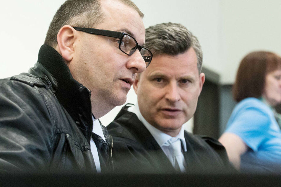 Detlev Binder (mi.), Anwalt vom Angeklaten Wilfried W. (li.), will ein neues Gutachten für seinen Mandanten.