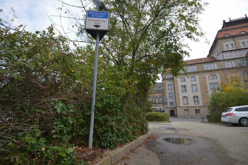 In der Karl-Liebknecht-Straße haben Unbekannte versucht, einen Parkticketautomat zu sprengen.