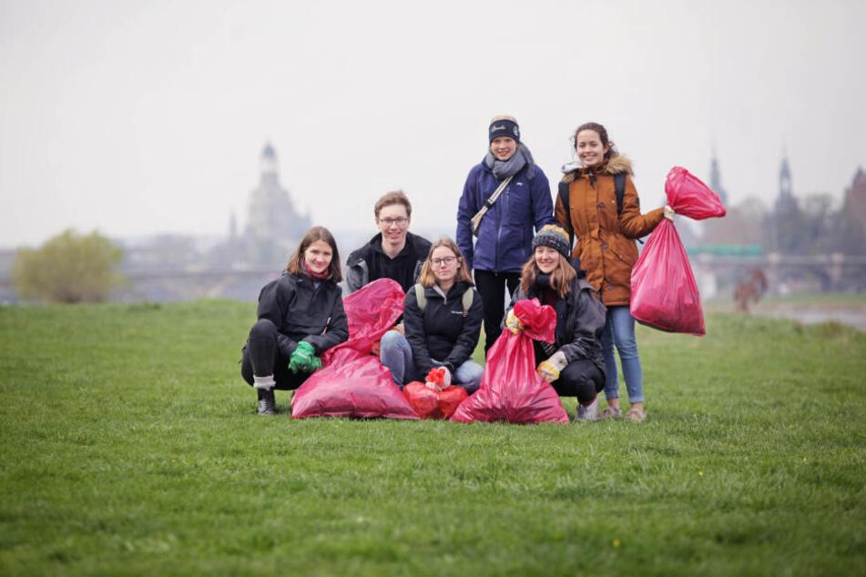 So wie die Schüler Luisa, Felix, Luisa, Amelie, Carla und Malène sammelten rund 1500 Dresdner freiwillig Müll entlang des Elbufers ein.