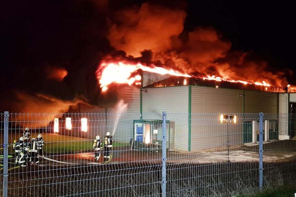 Warn-App ausgelöst! Feuerinferno zerstört Produktionshalle