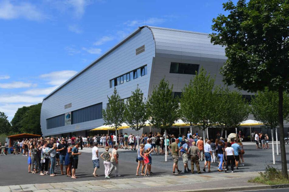 Am Samstag wurde in der neuen BallsportArena das erste offizielle Handballspiel ausgetragen.
