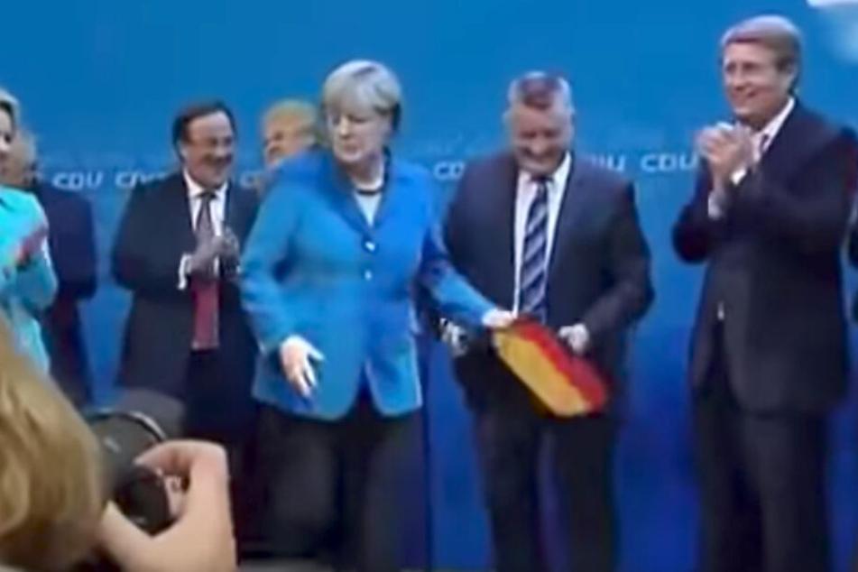 Schlüsselmoment 2013: Merkel packt die Deutschlandfahne, schafft sie angewidert weg. (Screenshot)