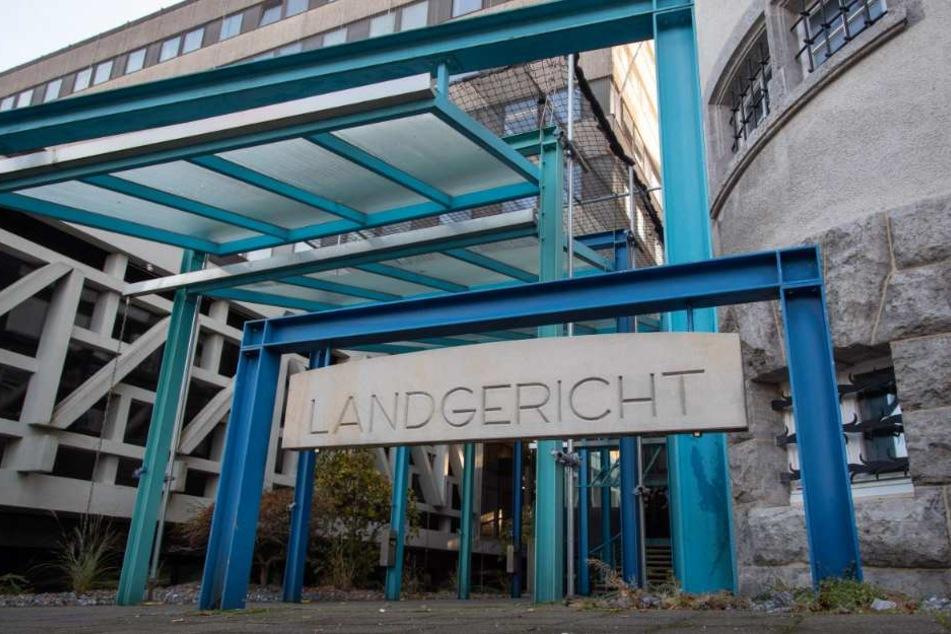 Die beiden Täter müssen sich vor dem Bielefelder Landgericht verantworten.