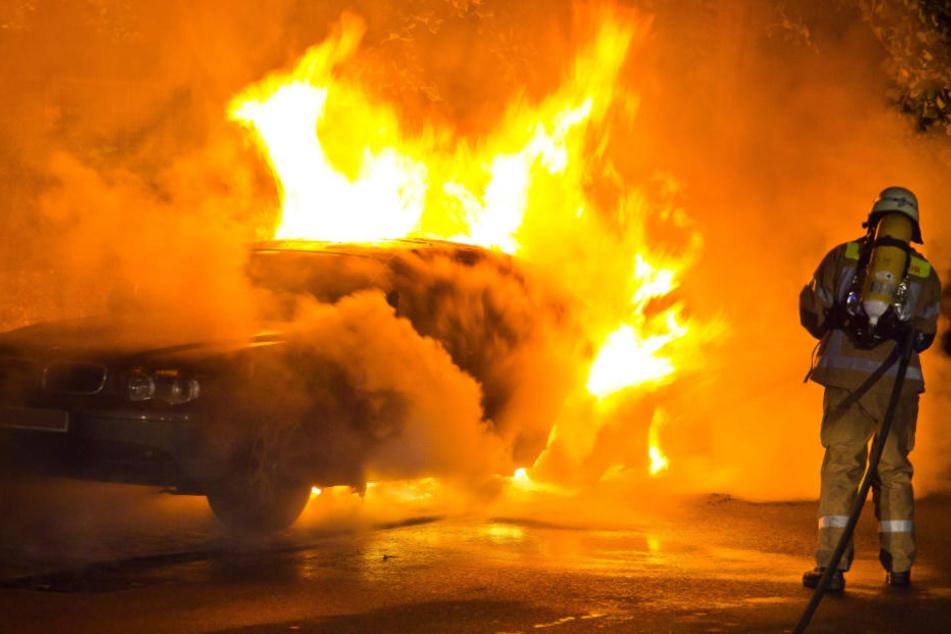 Kurz nachdem die Autofahrerin ausstieg, fing das Fahrzeug an zu brennen! (Symbolfoto)
