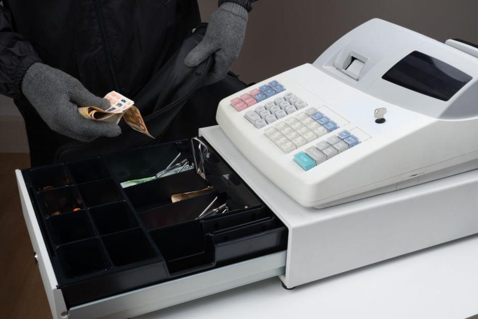 Die Täter entkamen mit Geld aus der Kasse und dem Safe (Symbolbild).