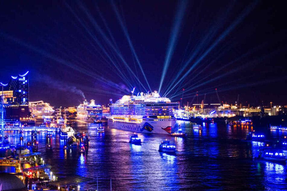 Während der Cruise Days erstrahlt der Hamburger Hafen in blau.