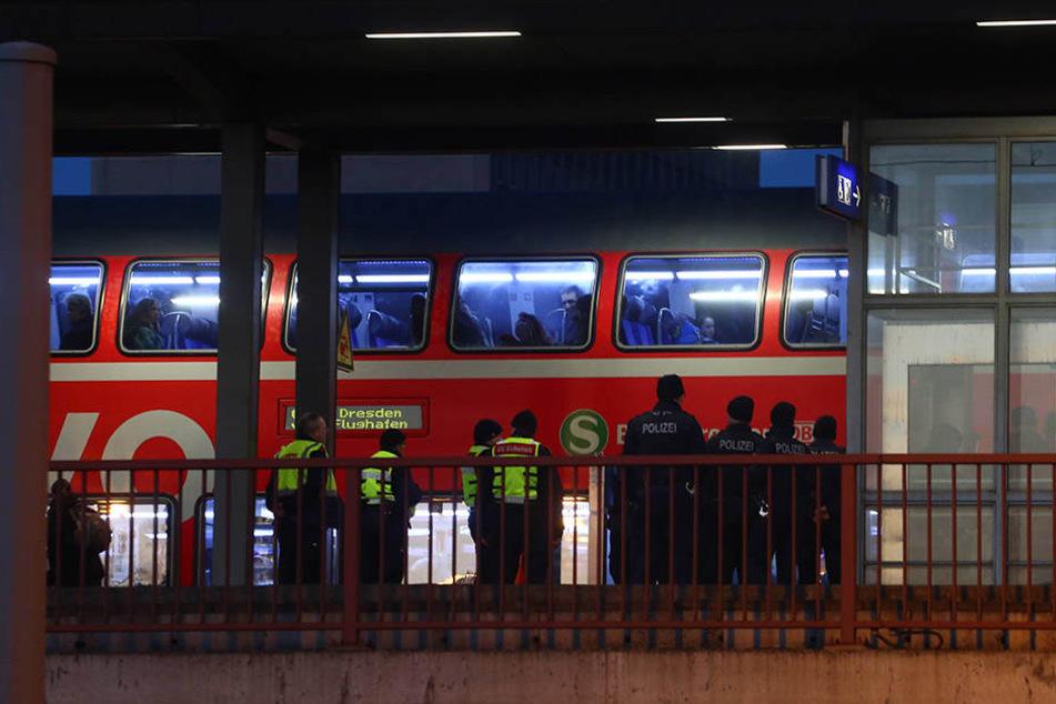 Drei südländische Männer attackierten einen 33-jährigen Mann in der S-Bahn nach Dresden.