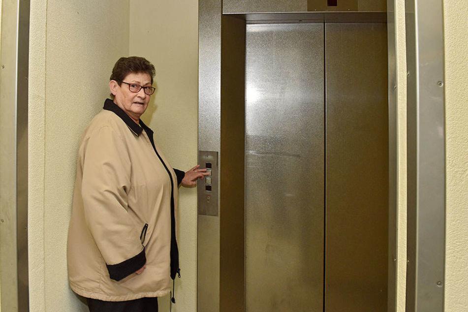 Mieterin Eva Philipp (74) aus dem zehnten Stock ist wie viele Hausbewohner auf den Fahrstuhl angewiesen.