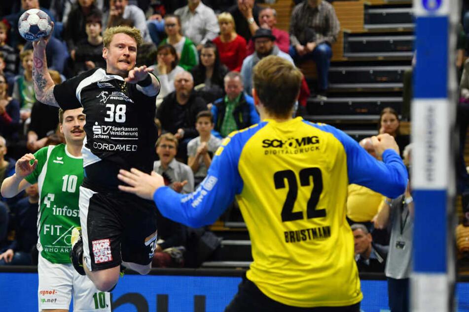 Henning Quade scheitert in dieser Szene am starken Gästekeeper Max Brustmann. Erfolgreichste HCE-Werfer waren gestern Julius Dierberg und Roman Becvar mit je fünf Treffern.
