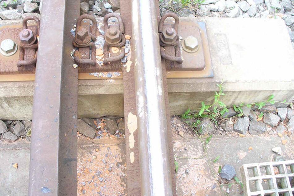 Die zerfahrenen Schottersteine an den Bahngleisen.