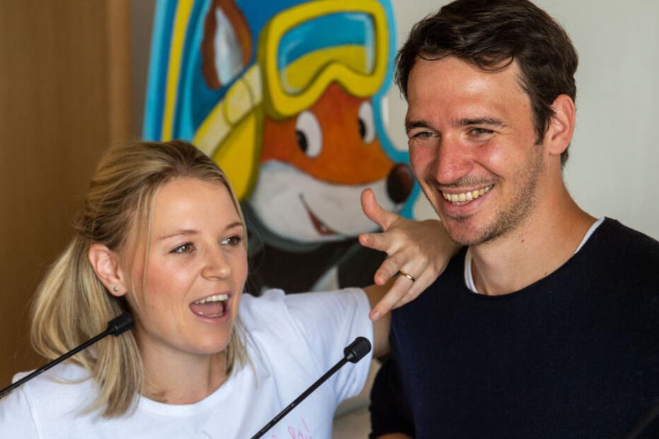 Felix Neureuther (r), ehemaliger deutscher Skirennläufer und Buchautor, und seine Frau Miriam.