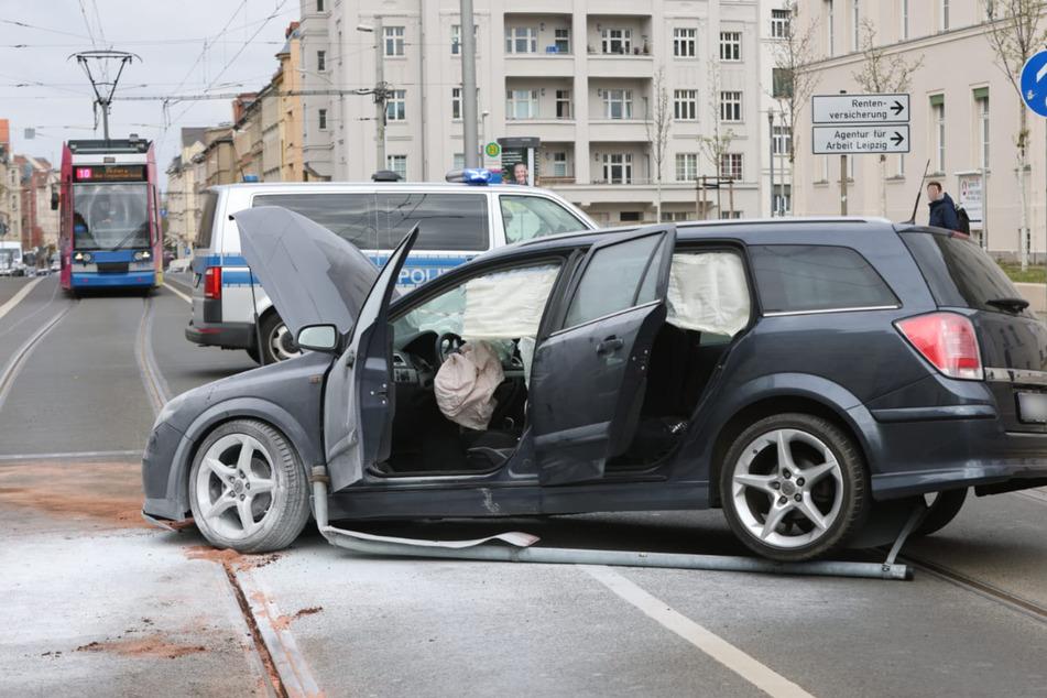 Der Unfallwagen kam auf den Straßenbahnschienen zum Stehen.