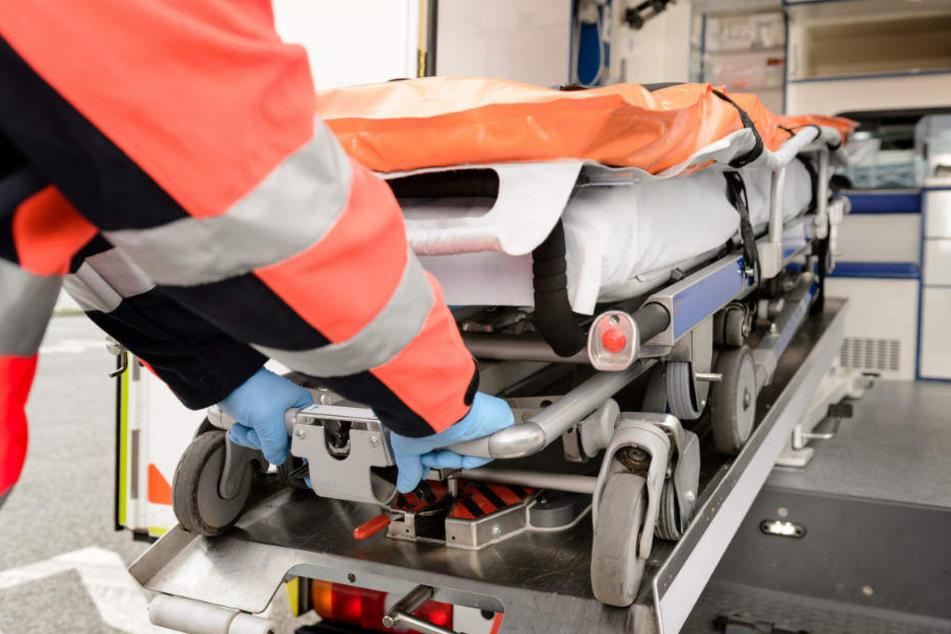 Die 59-jährige Beifahrerin starb an der Unfall-Stelle, der Fahrer (23) wurde schwer verletzt in ein Krankenhaus gebracht.