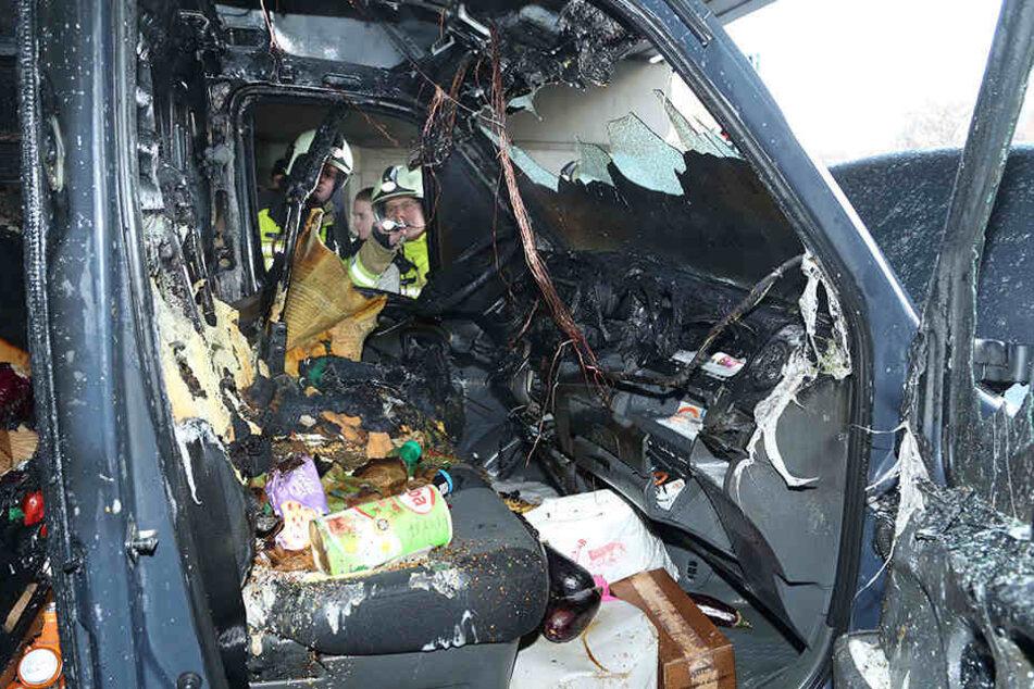 Das Innere des brennenden Transporters ist ordentlich verkohlt.