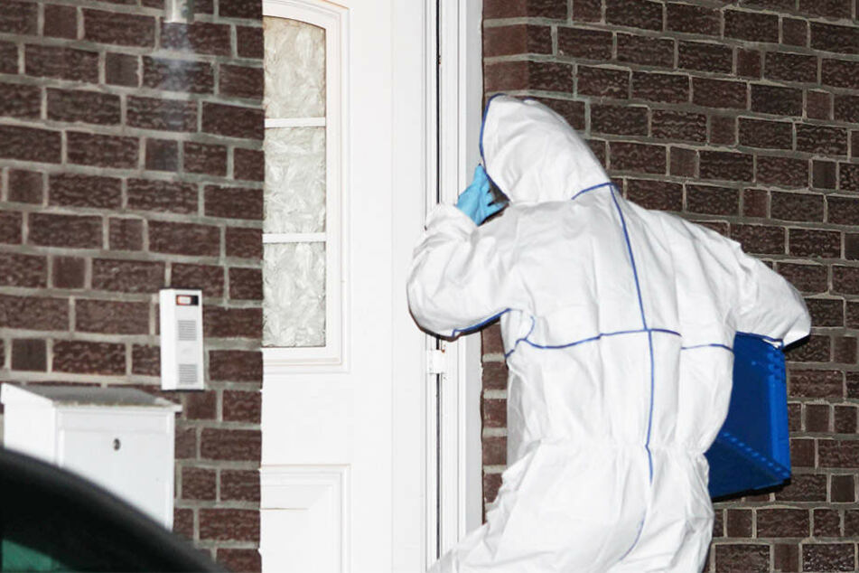 Nachdem ein Mann (84) aus dem Fenster seiner Wohnung sprang und starb, wurde seine Frau (84) tot gefunden (Symbolbild).