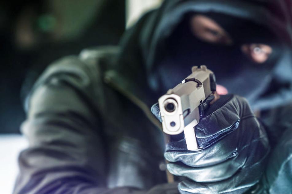 Die Männer waren mit einer Pistole bewaffnet (Symbolbild).