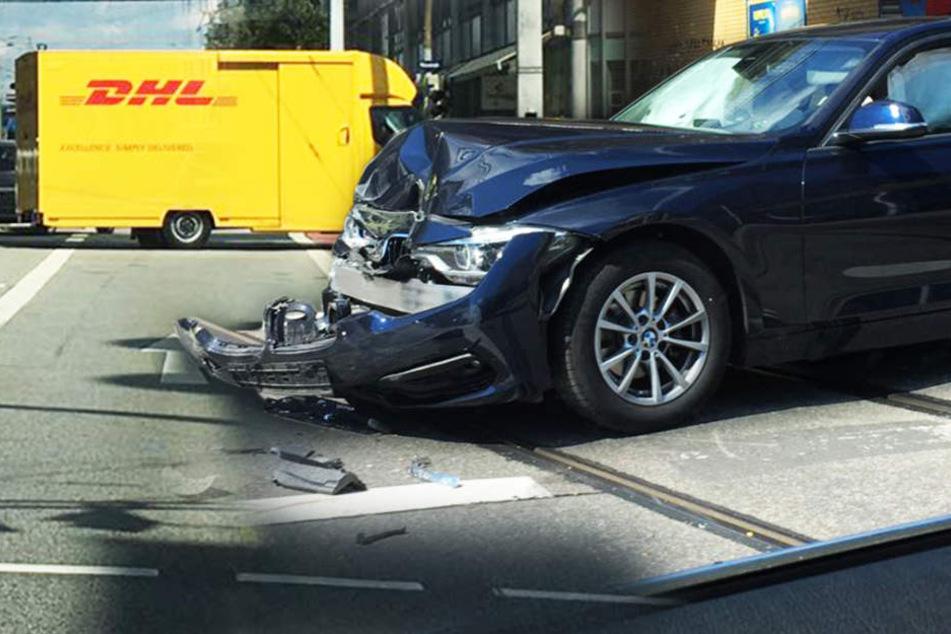 Heftiger Crash in der Innenstadt: BMW kracht in DHL-Transporter
