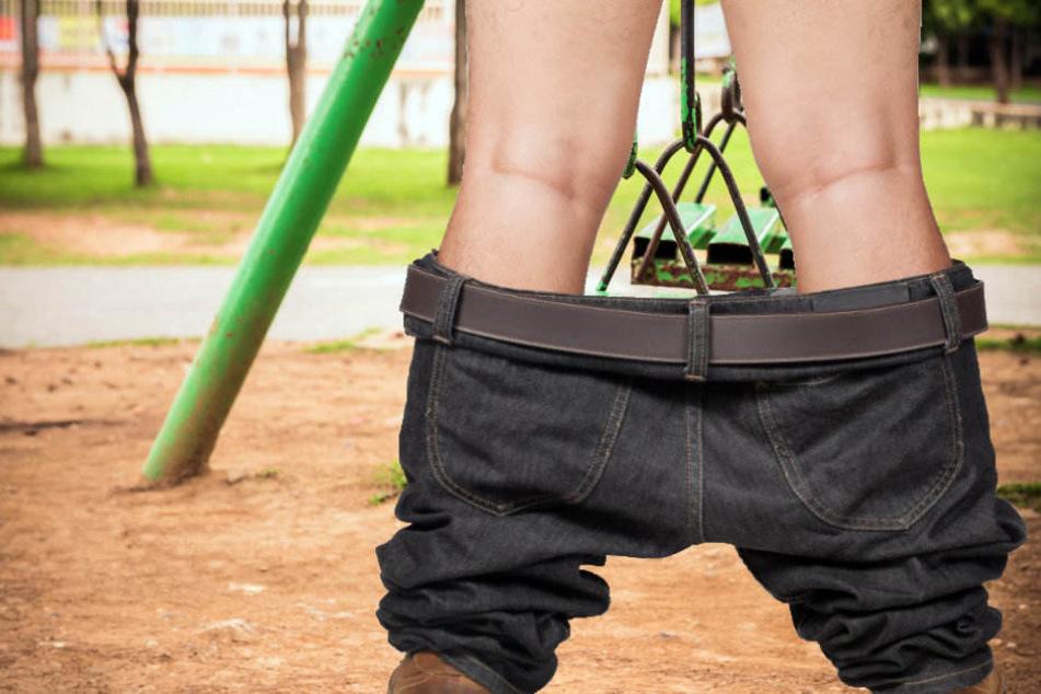 Mit heruntergelassener Hose spielte der Unbekannte an sich herum. (Symbolbild)