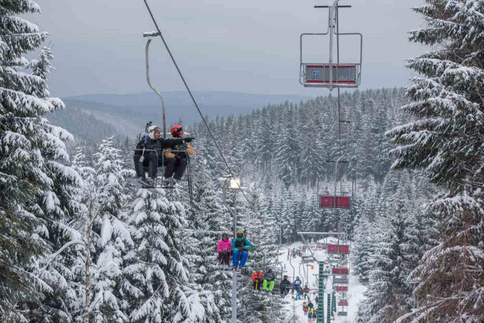Auch in Oberhof haben die Skilifte bereits ordentlich zu tun.