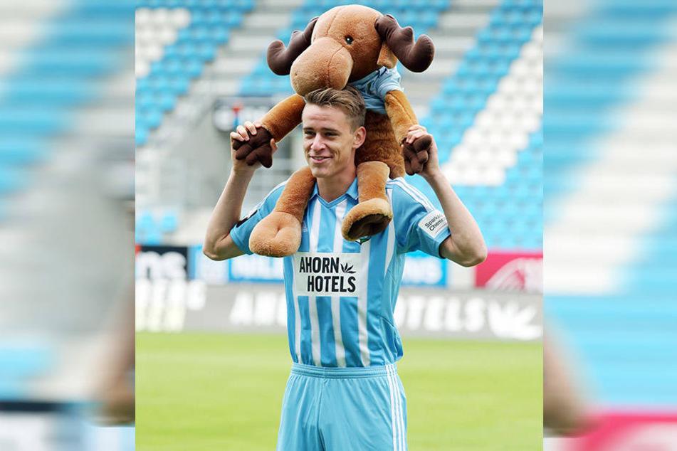 Das Maskottchen, das ihm CFC-Fans zum offiziellen Fototermin überreichten, hat Florian Hansch Glück gebracht.