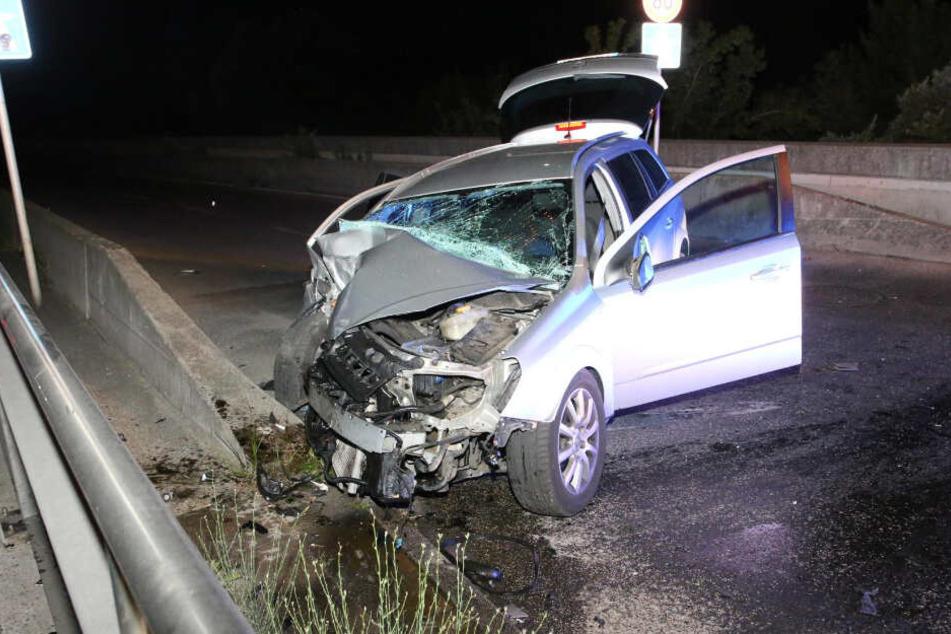 Die Frontseite des Opels ist sichtlich beschädigt.