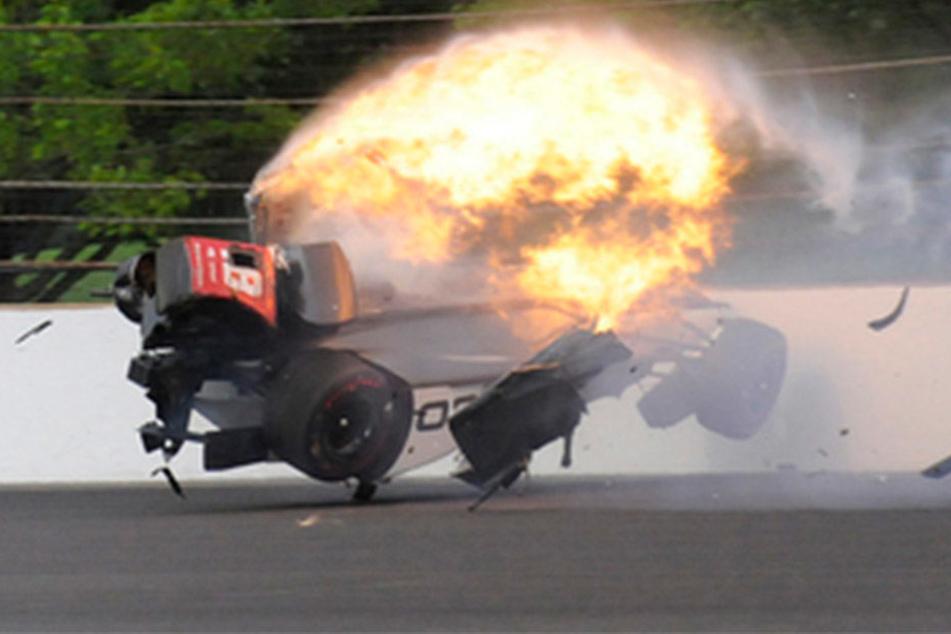Nach dem Crash ging der Rennwagen sofort in Flammen auf. Der Fahrer erlitt sehr schwere Verletzungen.
