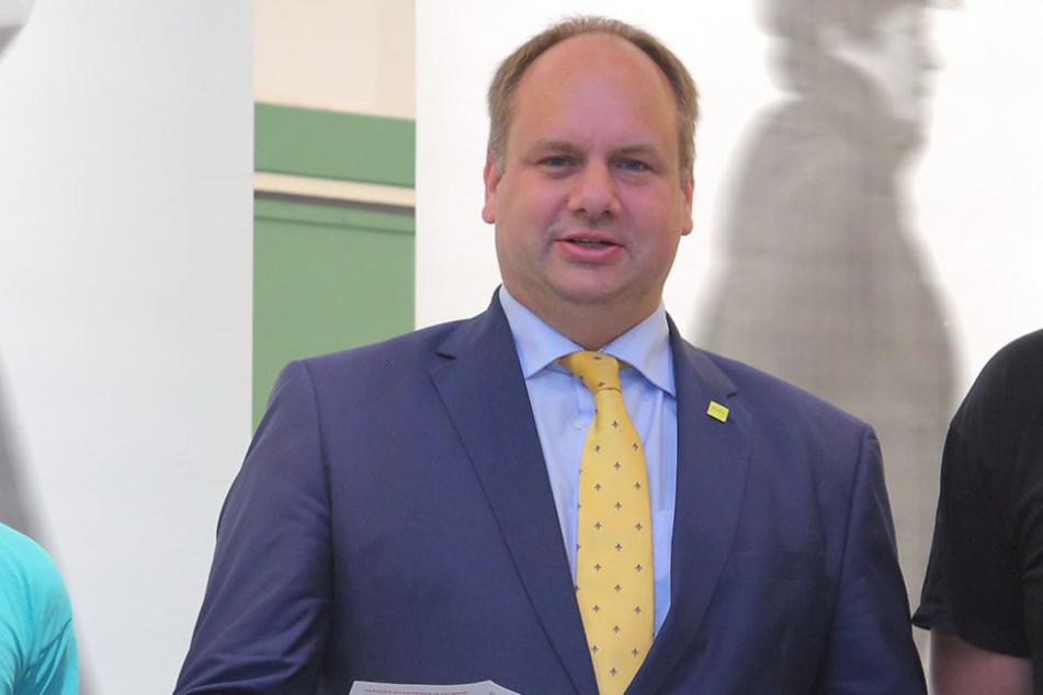 """Wir lassen uns das Fest nicht von Verrückten kaputtmachen"", verkündet Dirk  Hilbert (44, FDP)."