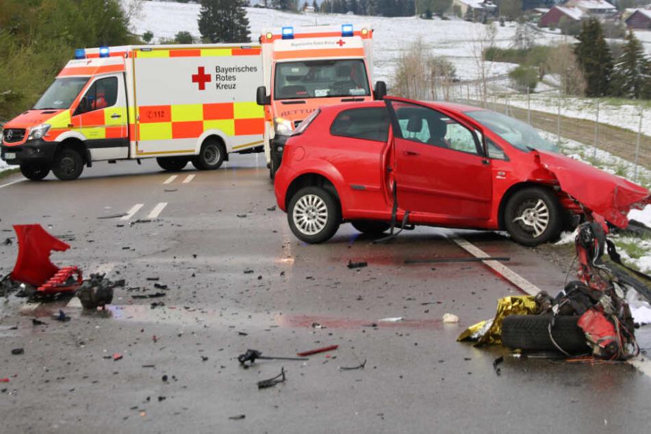 Auf der Bundesstraße 12 wurden am Sonntagnachmittag mehrere Menschen verletzt.