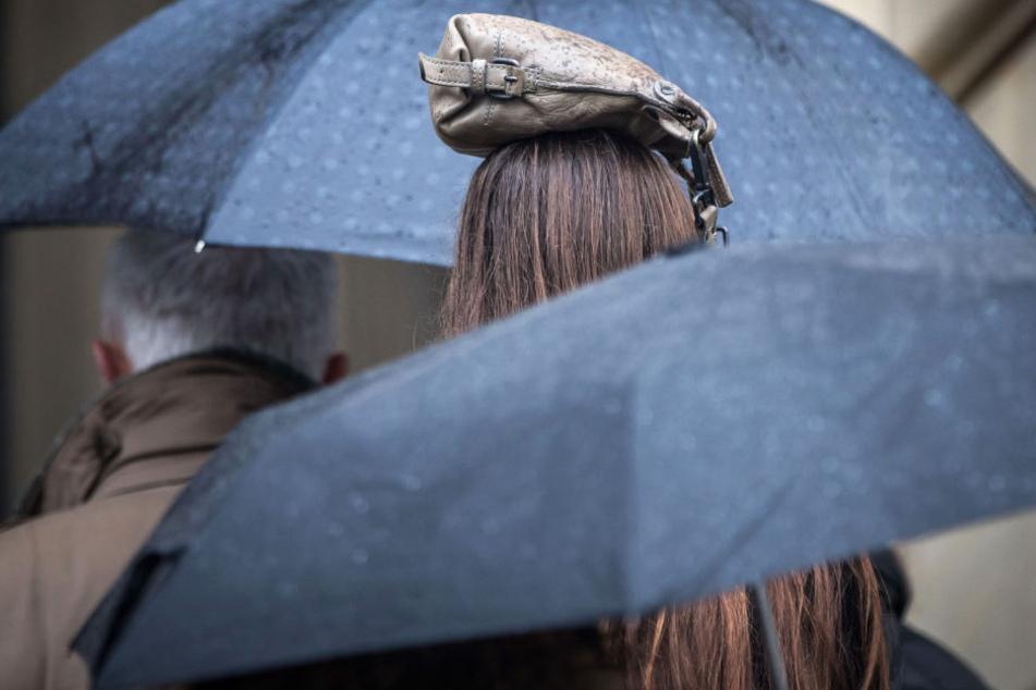 Mit einem Schirm ist man dieses Tage gut ausgestattet.