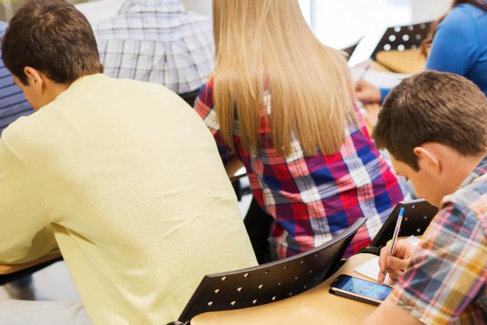 Jugendliche sollen an der Schule mehr über Sexualität lernen. (Symbolbild)