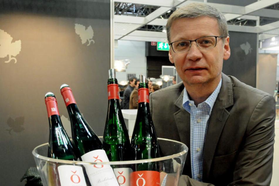 """Günther Jauch posiert neben Weinflaschen seines eigenen Weinguts: In einer Zeitschrift war von einem angeblichen """"Alkoholdrama"""" die Rede gewesen."""
