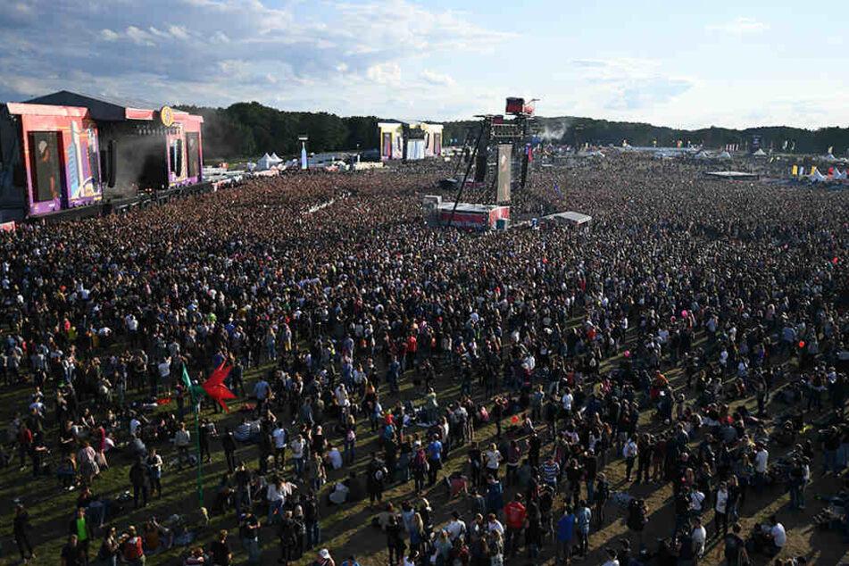 Festivalbesucher gehen beim Lollapalooza Festival über das Gelände der Rennbahn Hoppegarten.